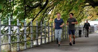 Max (Jacob Matschenz, l.) und Sali (Kostja Ullmann, r.) joggen.