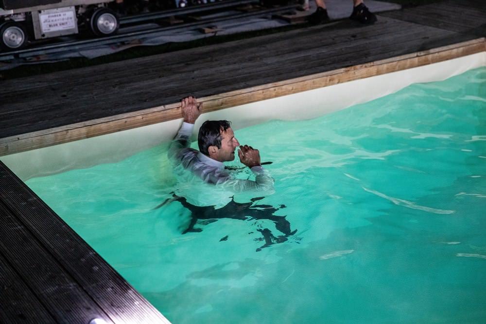 Ondřej Vetchý v náročné filmové scéně Bábovek skočil do bazénu
